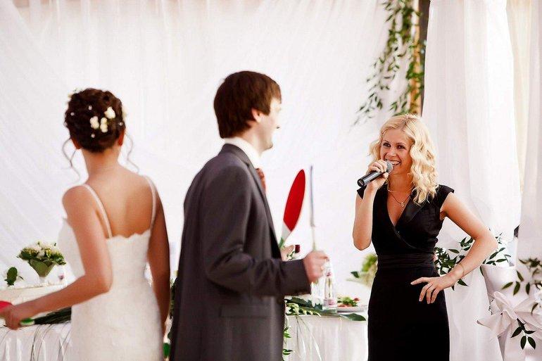 Ведущая на свадьбе
