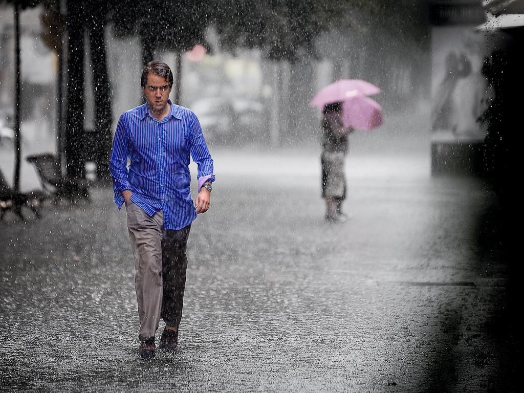 вместе тем фото мужчина идущий под дождем что пришла