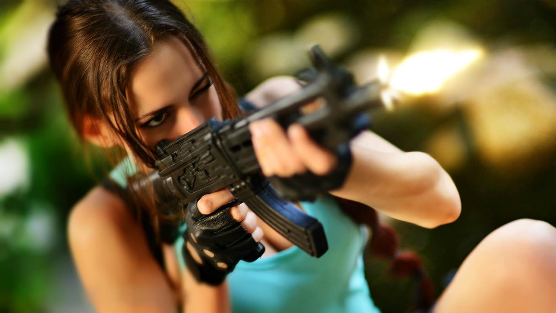 Картинки девушки с оружием в руках