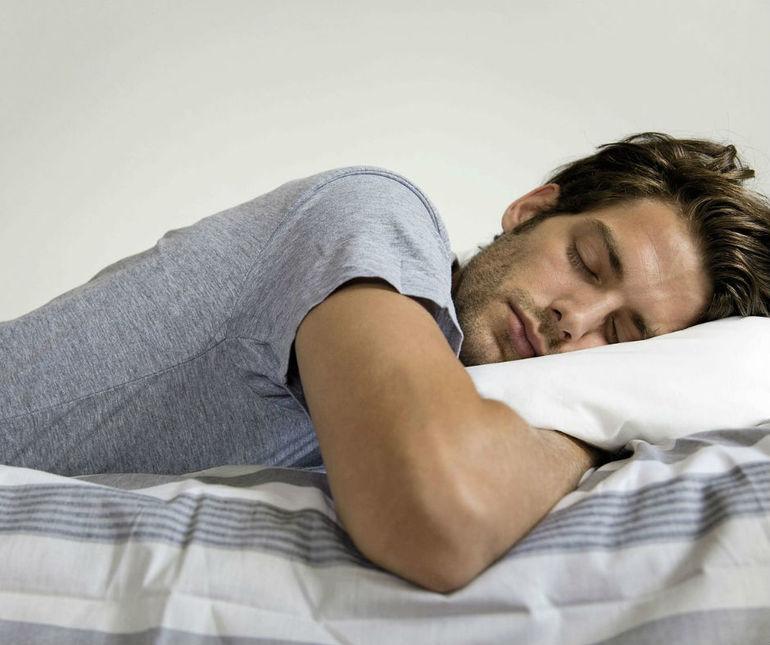 фото спящего красивого мужчины который