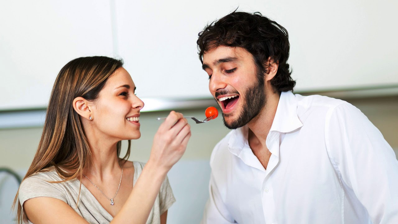 Картинки парень кормит девушку из рук