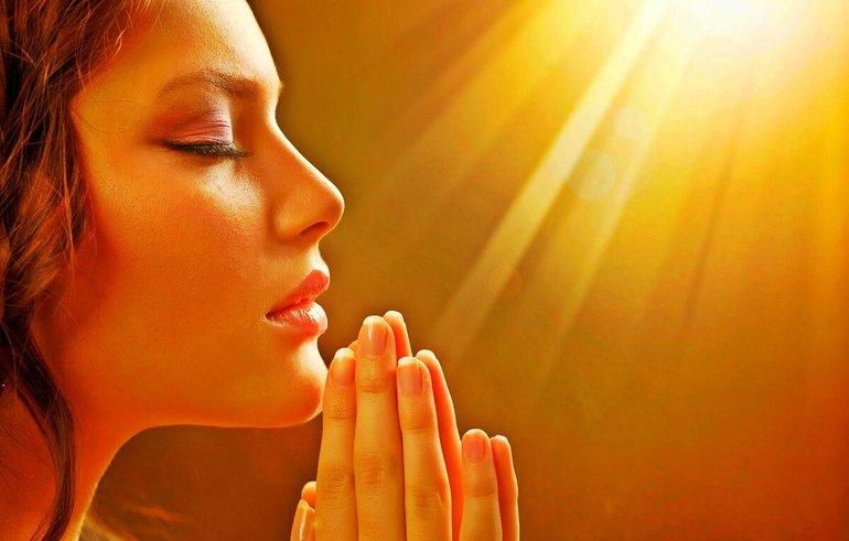 Девушка обращалась в своих молитвах к Богу