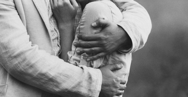 Сонник мужчина обнимает
