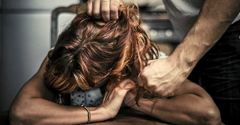 К чему снится таскать за волосы женщину
