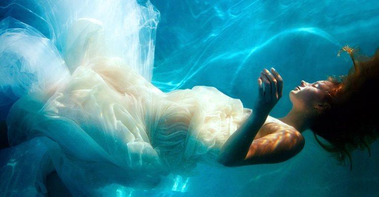 К чему снится упасть в воду