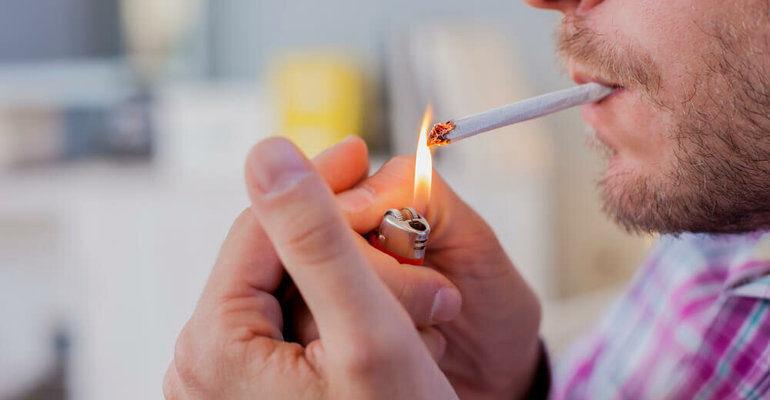 Курит во сне женщина