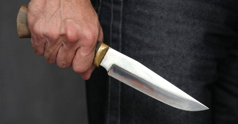 Сонник пырнули ножом