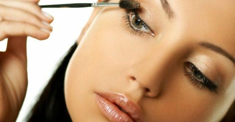 Делать макияж