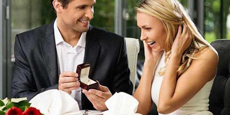 Мужчина дарит кольцо женщине